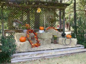 Courtyard-Bar-S-Fall-Wedding-Stage-600x450